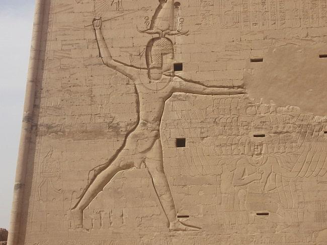 Bajorrelieve de Ptolomeo XII Auletes en el templo de Edfu