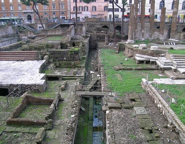 Estado actual del lugar exacto donde Marco Junio Bruto y Cayo Casio Longino apuñalaron a Julio César hasta la muerte