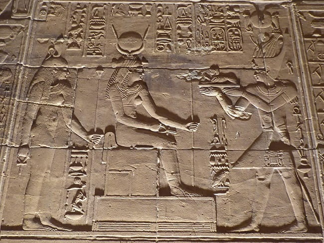 Ptolomeo XII ante la diosa Hathor