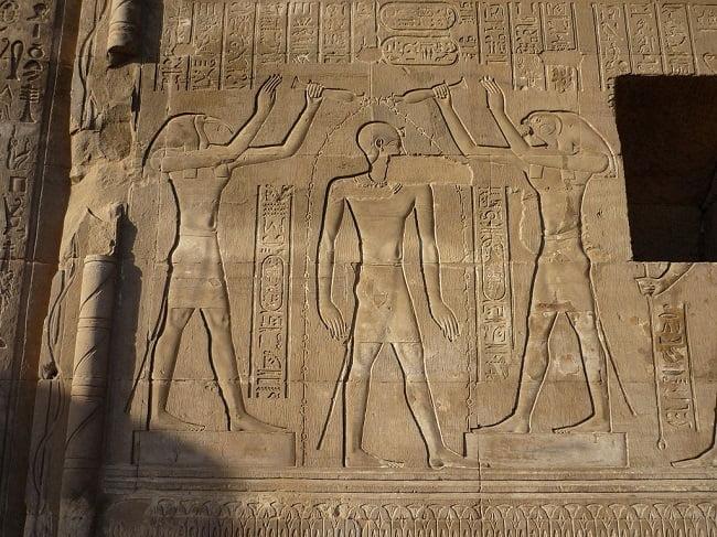 Relieve del templo de Kom Ombo en el que Ptolomeo aparece rodeado de los dioses Horus y Thot