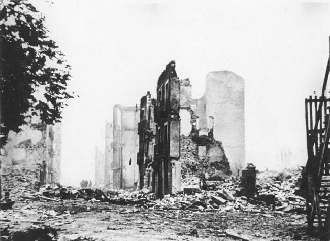 Un edificio de Guernica en ruinas tras el bombardeo perpetrado por los aviones alemanes de la Legión Cóndor en 1937. Este episodio se narra en La guerra civil en el aire, de Michael Alpert