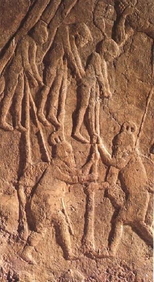 Vista detallada de un relieve neoasirio conservado en el Museo Británico en el que se observa a personas empaladas, el precursor de las crucifixiones romanas