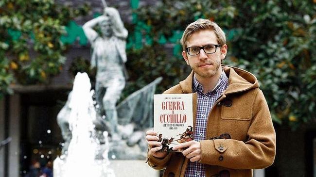 Daniel Aquillué posando con un ejemplar de Guerra y cuchillo