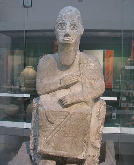 Estátua del rey Idrimi de Alalakh, del siglo XVI a.C. Presenta abundantes inscripciones en acadio repartidas por su cuerpo y en una de ellas se menciona la estancia de siete años del rey con un grupo de habiru