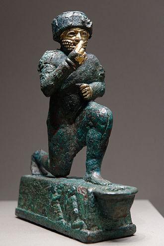 Estatuilla votiva de oro y bronce ofrecida al dios Amurru o Martu, principal divinidad del panteón amorreo, datada en el siglo XVIII a.C.