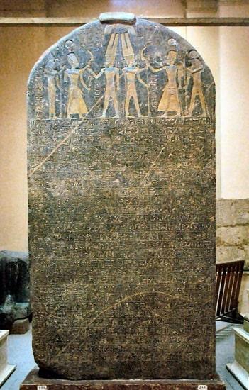 Estela de Merenptah, datada a finales del II milenio a.C. En ella se encuentra la primera posible mención al pueblo de Israel, hipotéticos descendientes de los habiru o apiru