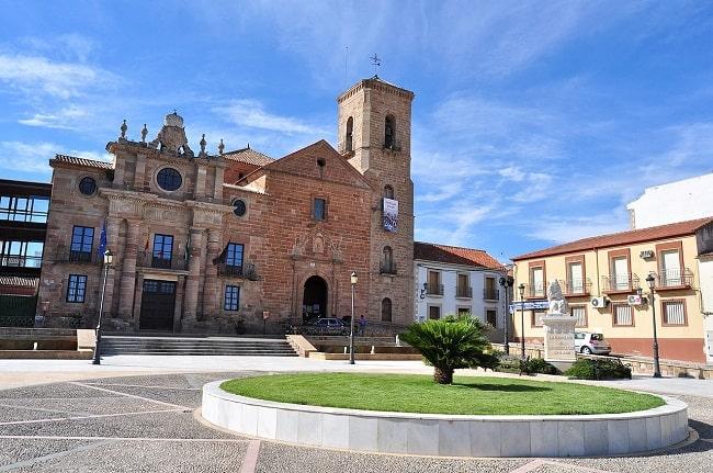 Palacio del intendente Olavide e iglesia de la Inmaculada Concepción en el actual municipio de La Carolina, el centro más famoso de las Nuevas Poblaciones