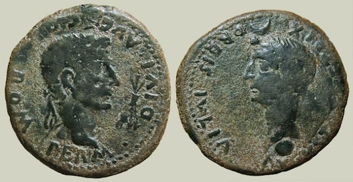 Moneda romana en la que se representa a Augusto a la izquierda y a Julia Augusta a la derecha