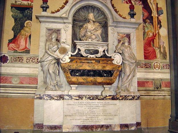 Tumba de Galileo en la Basílica de la Santa Cruz de Florencia