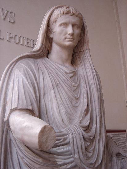 Estatua de Augusto vestido como Pontifex Maximus de Roma. cargo sacerdotal que ostentaría a partir del 12 a.C., completando así el origen del Imperio Romano