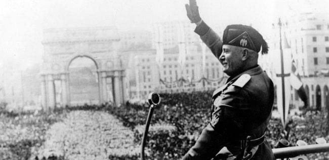 "Benito Mussolini, protagonista de ""La guerra de Mussolini"" dando un discurso en Génova"