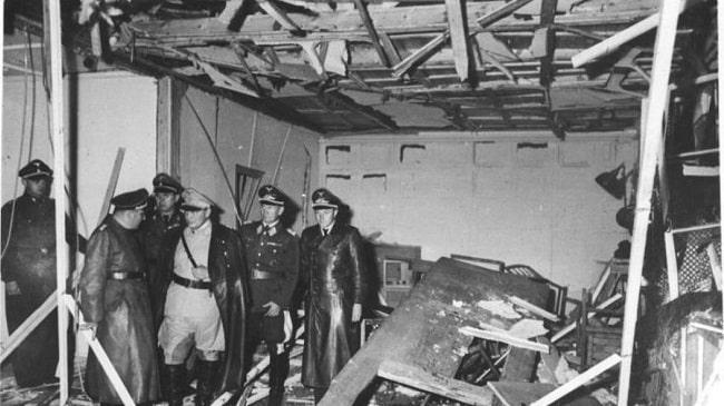 Göring (con uniforme claro) y Bormann (a su izquierda) visitan la sala donde había estallado el artefacto