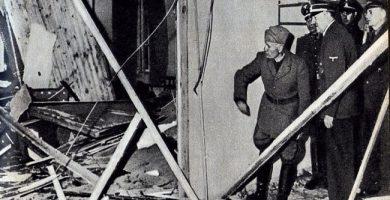 Hitler muestra a Mussolini la estancia donde ha sobrevivido milagrosamente a la Operación Valkiria-min