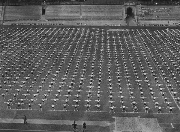 Las juventudes italianas del fascismo haciendo ejercicio en los años 30