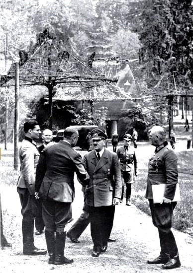 Stauffenberg (izquierda), Hitler (centro) y Keitel (derecha) en una reunión en la Guarida del Lobo el 15 de julio de 1944