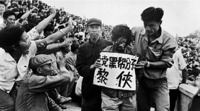 Un transgresor acusado de derechista sufre la humillación pública durante la Revolución Cultural