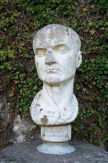 Busto de Cayo Mecenas expuesto en un parque de Irlanda