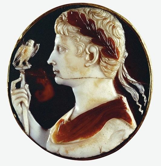 Camafeo incrustado en la llamada Cruz de Lotario que muestra al emperador César Augusto, ubicado en el origen del Imperio Romano