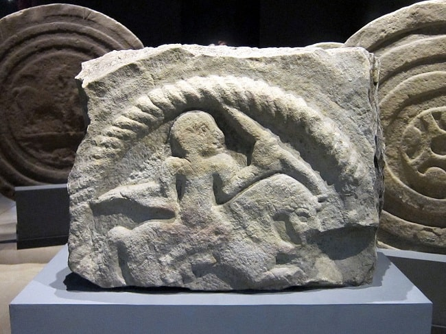 Jinete cántabro armado a caballo perteneciente a un fragmento de la estela de San Vicente de Toranzo