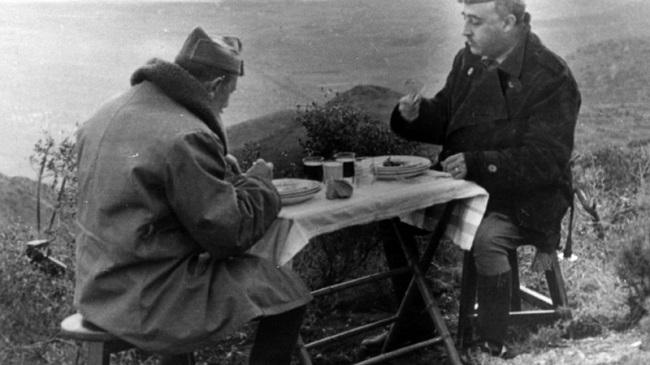 Fotografía en la que se ve al general Dávila almorzando con Francisco Franco durante la guerra civil