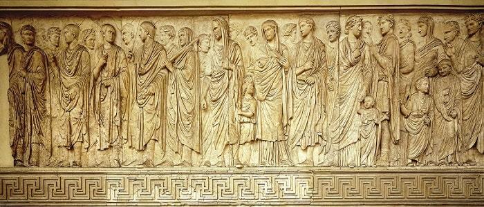Vista detallada de parte del relieve de la procesión en el altar de la paz augustea