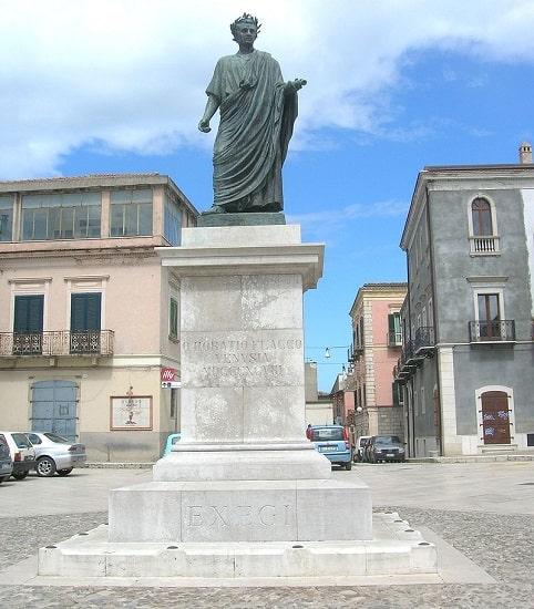 Estatua de Quinto Horacio Flaco erigida en la actual Venusia, su ciudad natal