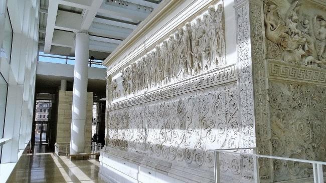 Vista exterior de una de las paredes laterales del Ara Pacis de Roma