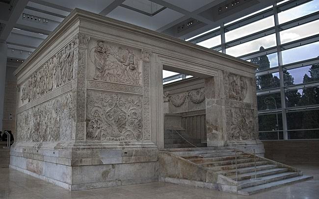 Vista exterior del Ara Pacis de Augusto desde una de sus entradas