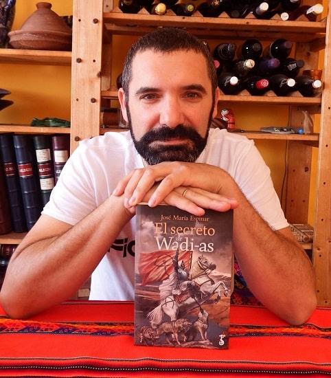 José María Espinar posando con un ejemplar de El secreto de Wadi-As